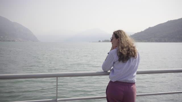 bella donna che cammina nella piccola città italiana. ragazza che cammina e si guarda intorno. modello felice di buon umore in vacanza - romanticismo concetto video stock e b–roll