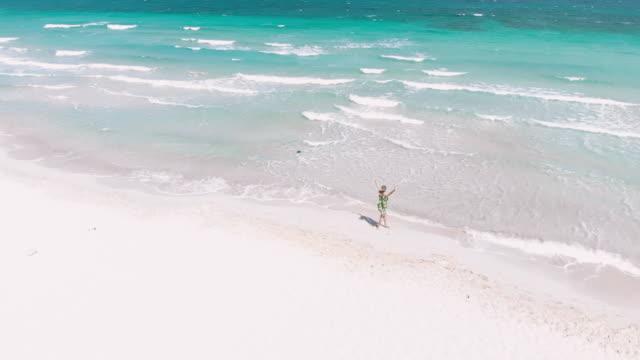 vacker kvinna promenader på en strand - egeiska havet bildbanksvideor och videomaterial från bakom kulisserna