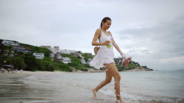 スローモーションでビーチを歩く美しい女性 - サムイ島点の映像素材/bロール