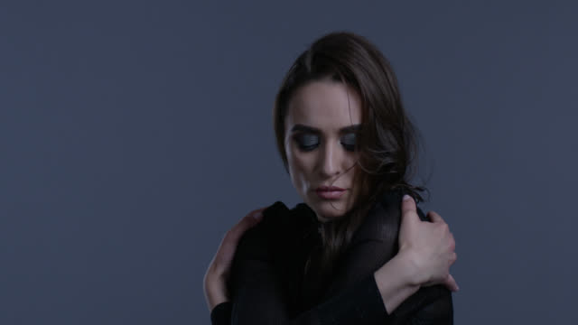 vidéos et rushes de belle femme aux longs cheveux noirs montre les expressions faciales. mode vidéo. - crayon à lèvres