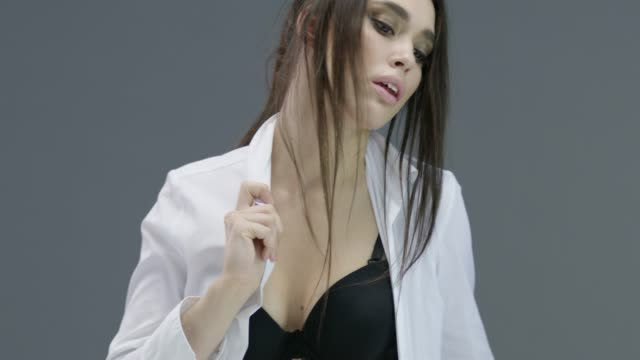 ナチュラルメイクで美人。完璧なファッションは、顔をモデル化します。ファッションのビデオ。 - グリースペイント点の映像素材/bロール
