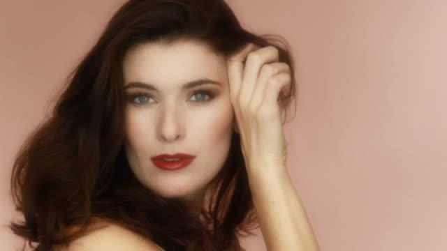bella donna con i capelli di nizza - rossetto rosso video stock e b–roll