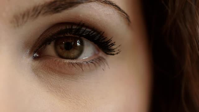 美しい女性の目元の前景に: 、お顔、スタイル - まつげ点の映像素材/bロール