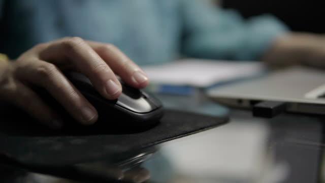 vackra kvinnor använder skrivbord på rummet. - använda en dator bildbanksvideor och videomaterial från bakom kulisserna