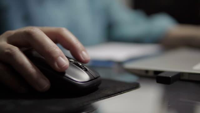 schöne frauen verwenden den schreibtisch auf den raum. - computermaus stock-videos und b-roll-filmmaterial