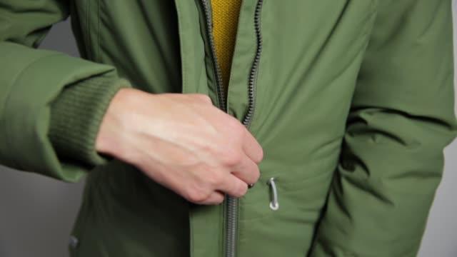 vídeos y material grabado en eventos de stock de hermosas mujeres chaqueta con cremallera de cierre. - abrigo