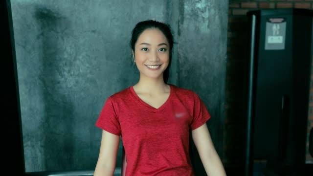 stockvideo's en b-roll-footage met mooie vrouwen voor het trainen in de sportschool, slow-motion - bankdruktoestel