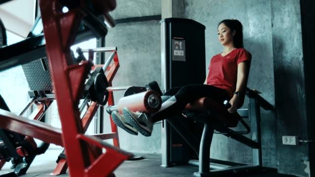 stockvideo's en b-roll-footage met mooie vrouwen voor het trainen in de sportschool - bankdruktoestel