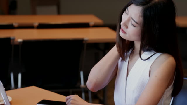 Video Beautiful women in working age, will be Will be office syndrome.