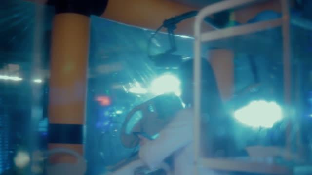stockvideo's en b-roll-footage met mooie vrouwen wetenschappers praten over experiment plannen in een technisch laboratorium. meisjes dragen witte jassen en glazen. zijdelingse overspanning van de camera. - ventilator bed