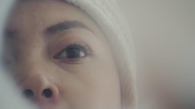 vídeos de stock e filmes b-roll de beautiful women with cancer - feminilidade