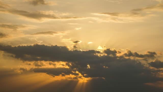 vidéos et rushes de beau cloudscape jaune avec des faisceaux de lumière du soleil - canicule