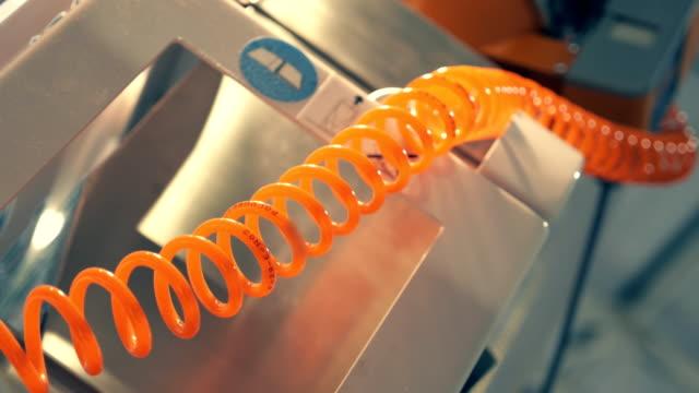 bellissimo giallo spirale tubo per fornire la pressione dell'aria per il dispositivo - tubo flessibile video stock e b–roll