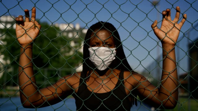 vídeos de stock e filmes b-roll de beautiful young african ethnicity woman with protective face mask-no racism and human rights concept - desafio