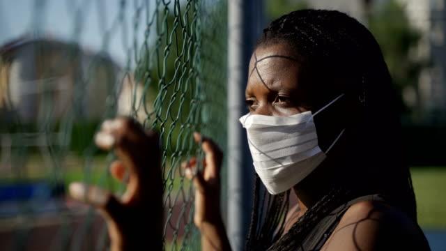 piękna młoda afrykańska kobieta etniczna z ochronną maską bez rasizmu i koncepcji praw człowieka - polityka i rząd filmów i materiałów b-roll