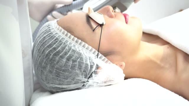 Schöne junge asiatische Frau, die erste IPL und Laser Behandlung von Kosmetikerin bei Beauty-Klinik – Video
