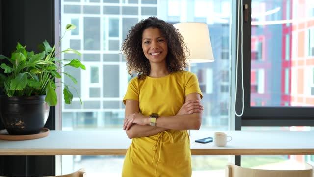 vacker ung svart kvinna, klädd i en gul klänning, tittar på kameran och ler - mellan 30 och 40 bildbanksvideor och videomaterial från bakom kulisserna