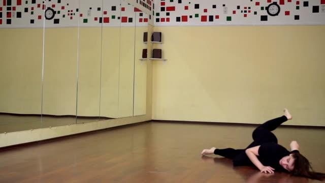 schöne junge brünette frau üben tanz in einem tanzstudio - gymnastikanzug stock-videos und b-roll-filmmaterial