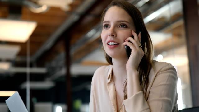 stockvideo's en b-roll-footage met mooie jonge zakenvrouw mobiele telefoon praten - business woman phone