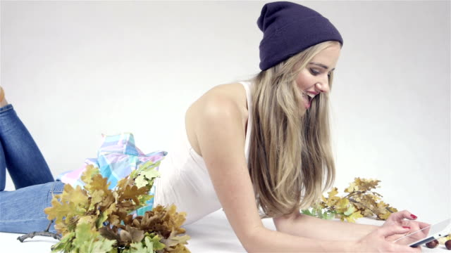 bellissima giovane donna caucasica con tablet pc su un piano - china drug video stock e b–roll