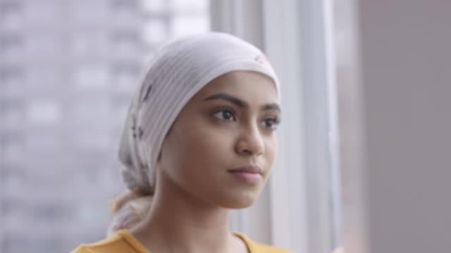 vídeos de stock, filmes e b-roll de mulher étnica nova bonita com cancro - cancer de mama