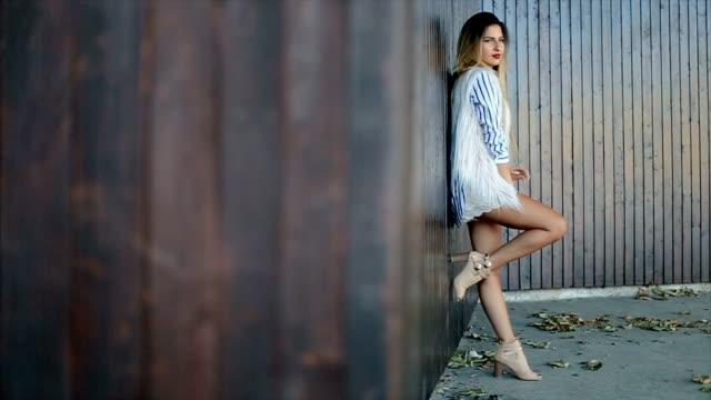 vídeos y material grabado en eventos de stock de hermosa joven modelo de modas - moda de otoño