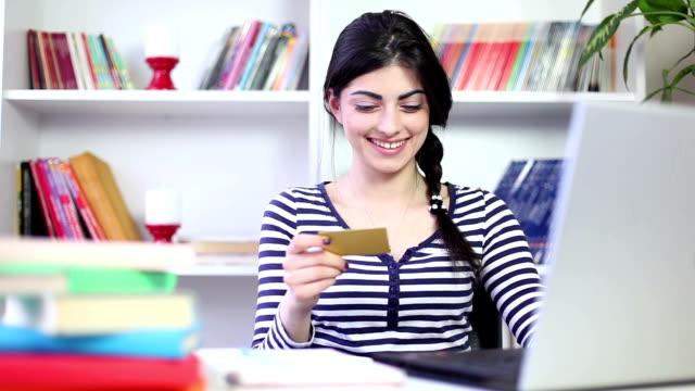 vidéos et rushes de belle jeune fille achète sur l'accès internet - 18 19 ans