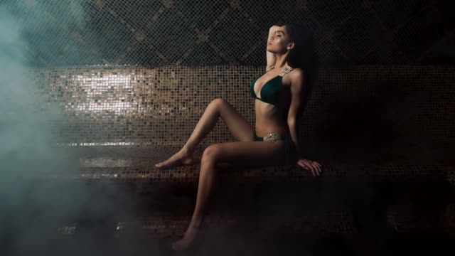 vídeos y material grabado en eventos de stock de hermosa joven en traje de baño en el spa. - largo longitud