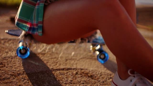 vídeos de stock, filmes e b-roll de linda garota sentada no skate e mensagens de texto - viagem de primeira classe
