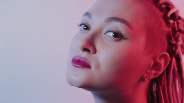 vídeos de stock e filmes b-roll de beautiful young girl with dreadlocks straightens her hair - afro americano