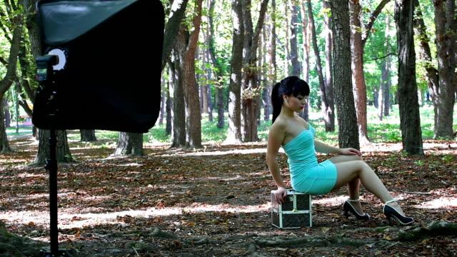 bella giovane modello pose in park - bassino video stock e b–roll