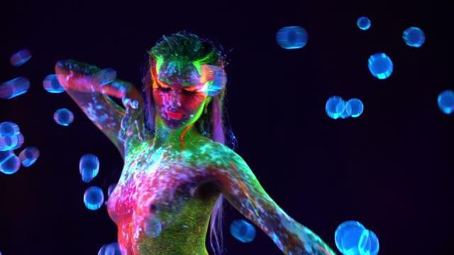 彼女の体に紫外線塗料でトップレスダンス美しい若いセクシーな女の子 ビデオ