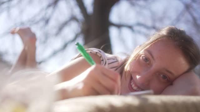 bella giovane donna, non può nascondere la sua felicità pur avendo un momento sereno - china drug video stock e b–roll