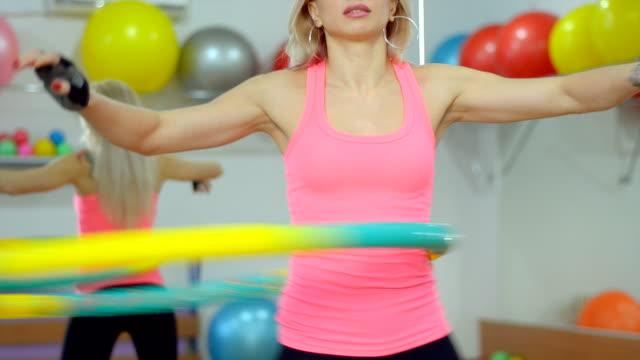 美しい若い女性の体型を美しくジムで - 女性選手点の映像素材/bロール