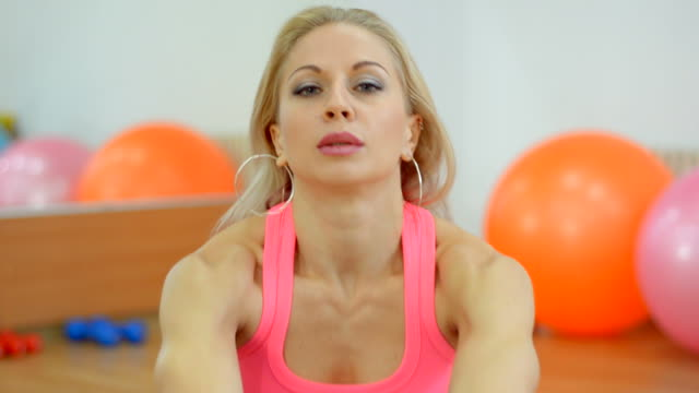 schöne junge frau macht eine schöne figur, in der fitnessraum - sportlerin stock-videos und b-roll-filmmaterial