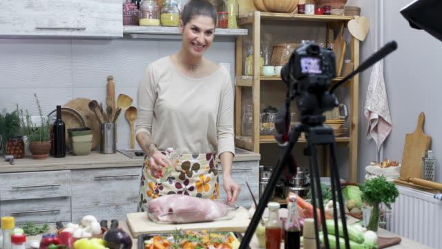 schöne junge frau genuss am kochen und vlogs - bloggen stock-videos und b-roll-filmmaterial