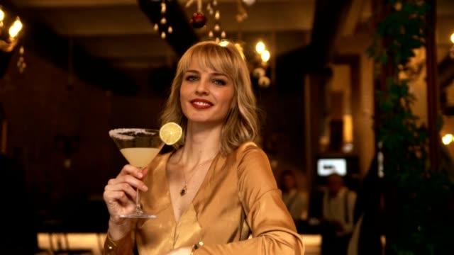 vídeos y material grabado en eventos de stock de hermosa mujer joven en el bar - cóctel