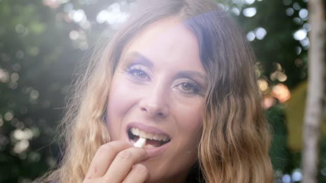 生菜食主義者の食糧を準備する美しい若い女性 - ローフード点の映像素材/bロール