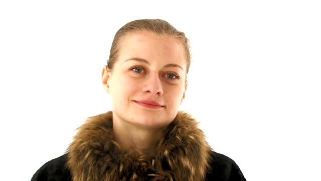 красивая молодая женщина, делает пуховые варежки и потиранием его руки. - славянская культура стоковые видео и кадры b-roll