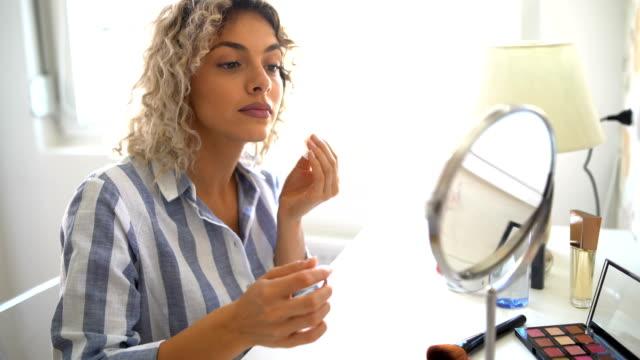 vídeos de stock e filmes b-roll de beautiful young woman removing makeup - esponja