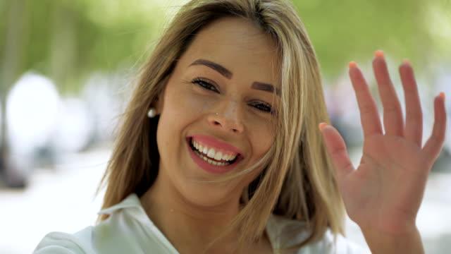 カメラで話す美しい若い女性 - 身ぶり点の映像素材/bロール
