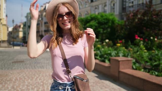 vídeos de stock e filmes b-roll de beautiful young woman tourist pleasant walk in the city center - só mulheres jovens