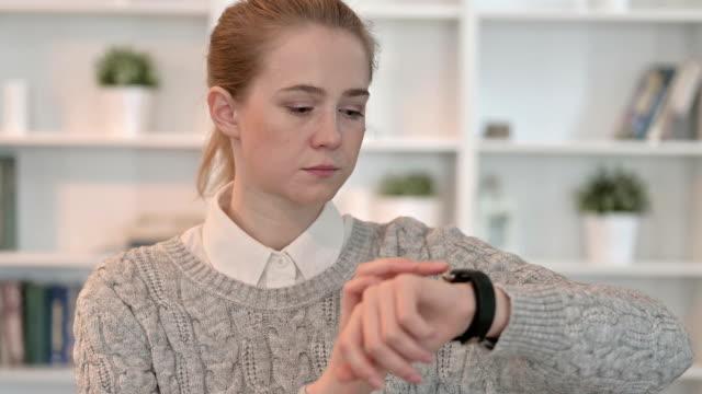 beautiful young woman using smart watch - staw człowieka filmów i materiałów b-roll