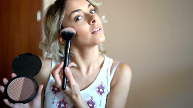stockvideo's en b-roll-footage met mooie jonge vrouw vlogging over cosmetica - youtube