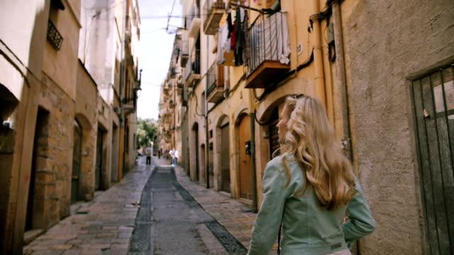 bellissima giovane donna che cammina per la strada - blazer video stock e b–roll