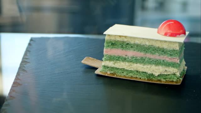 beautifull cake on black shop-window - decorazione per dolci video stock e b–roll