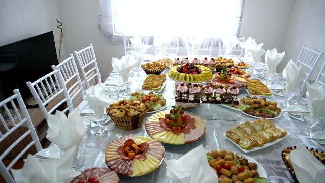 vidéos et rushes de table de banquet de restauration magnifiquement décorée - banquet