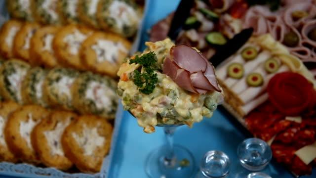 tavolo per banchetti con catering splendidamente decorato - full hd format video stock e b–roll