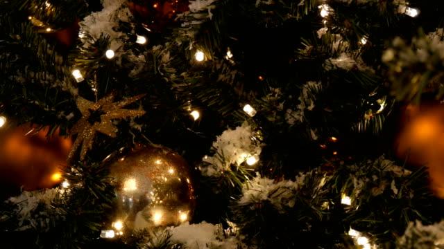 schön geschmückter weihnachtsbaum mit großen gold- und silberkugeln, sternen, girlanden und kunstschnee - girlande dekoration stock-videos und b-roll-filmmaterial