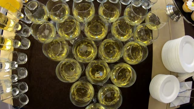 vídeos de stock e filmes b-roll de beautifully standing champagne glasses on a buffet table at a party - sideboard